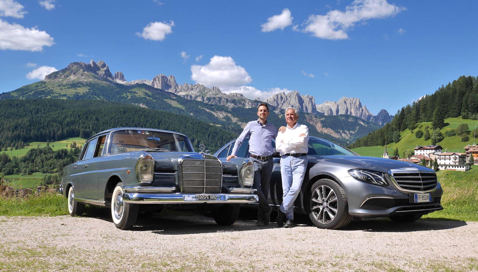 Foto scattata a Moena di due autovetture Mercedes-Benz Classe E 2016 e Classe SE d'epoca con Franco e Cesare Desilvestro
